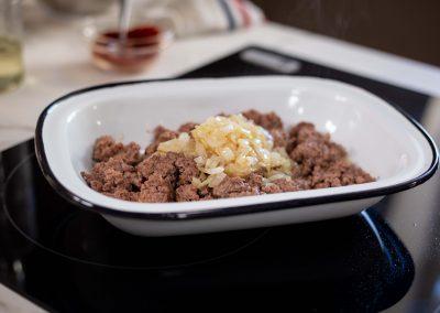 Carne con cebolla en bandeja