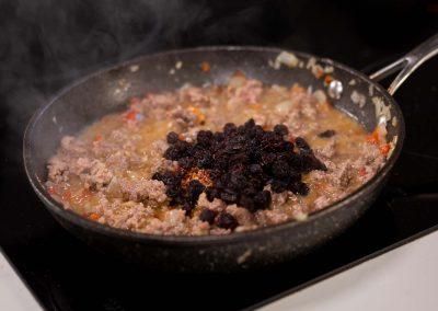 Carne salteada con cebolla y pasas de uva agregadas