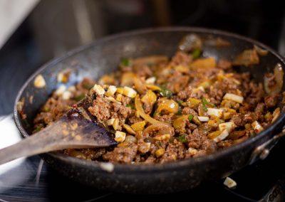 Relleno de carne en sarten, aceitunas, huevo y cebolla