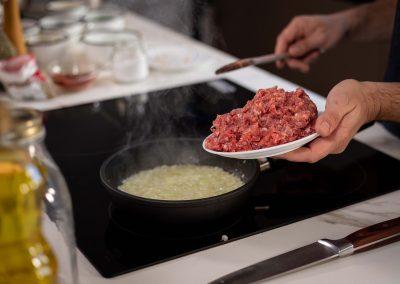 Agregando la carne a la cebolla en coccion