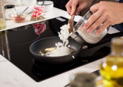 Cebolla a punto de ser salteada en sarten