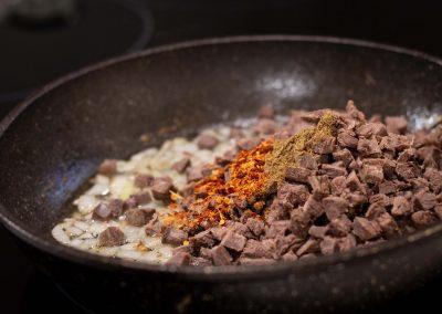Carne cortada a cuchillo y condimentada