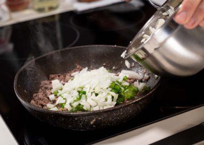 Carne en sarten, cocinando cebolla