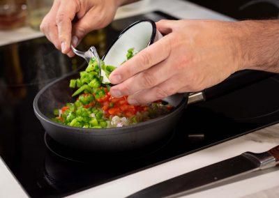 Agregando verduras al relleno