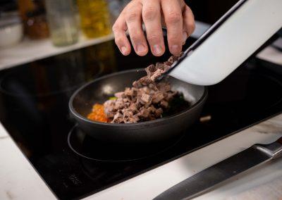 Agregando carne para el relleno